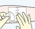 端部をつかんで、貼り付け、残った はく離紙をはがす。