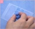 ① テープAにへそ圧迫材を取り付ける